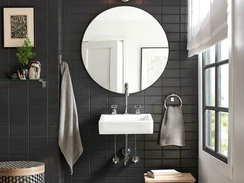 Carrelage métro noir pour une salle de bains élégante et moderne